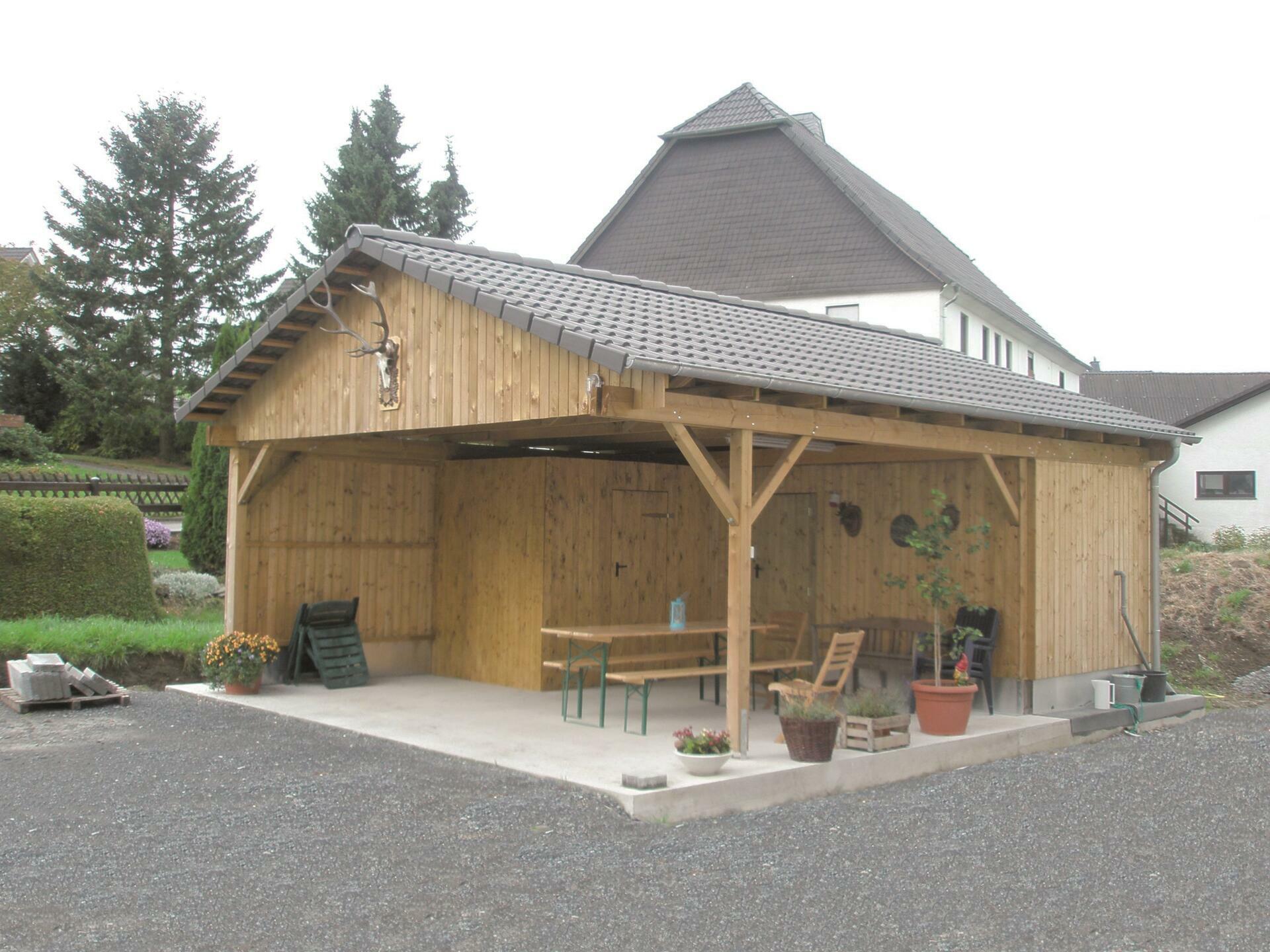 Sondercarport, genutzt als Laube mit Abstellraum und Statteldach, kesseldruck grün